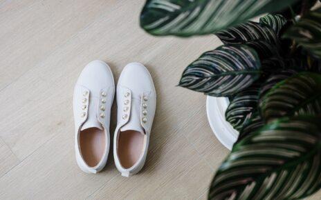 9 Cara Membersihkan Sepatu Putih Terlihat Seperti Baru Beli